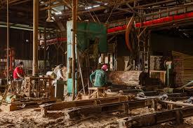 aserrado de madera en fabrica